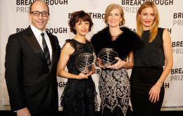 Emmanuelle Charpentier and Jennifer Doudna holding Breakthrough Prize awards and standing next to Cameron Diaz