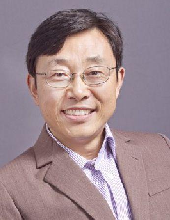 A headshot of professor Sheng Luan