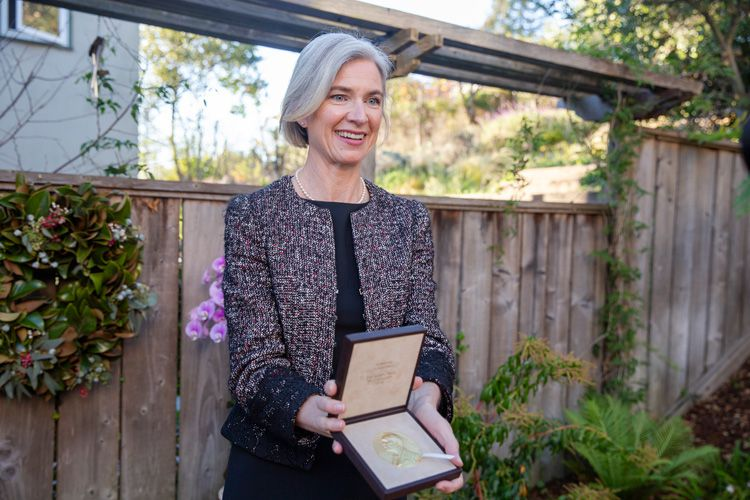 Jennifer Doudna displaying the Nobel Prize medal